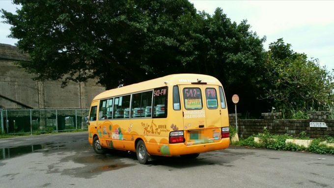 駐車場にバス