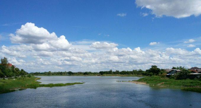 反対側に川